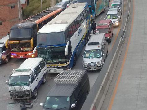El bus y el minibus que resultaron más afectados en el choque múltiple. Foto: Elsa Sajama