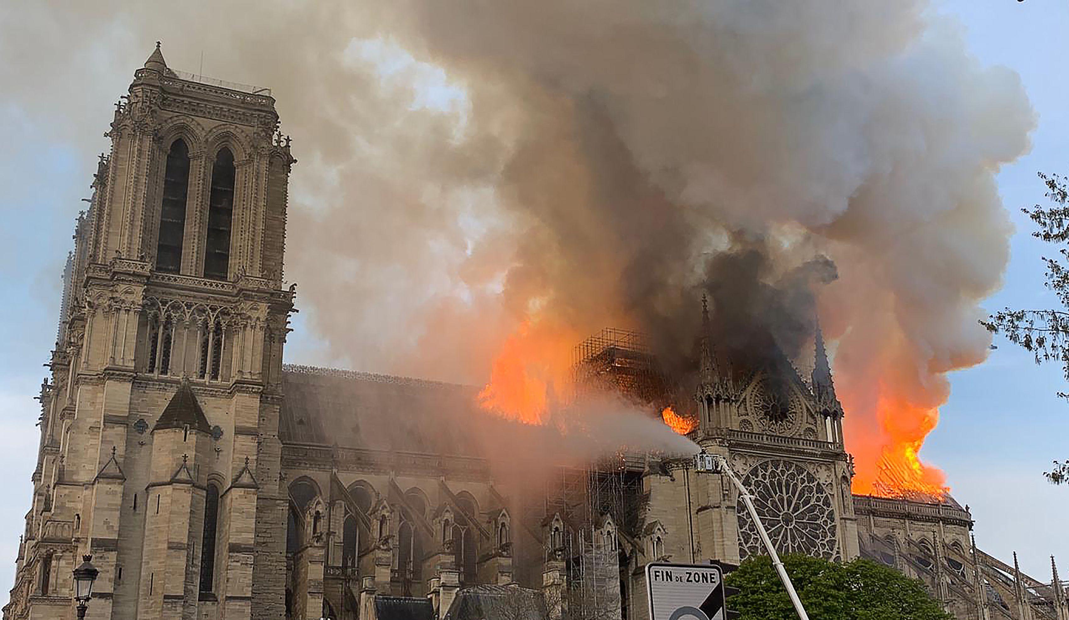 No, Trump. El incendio de Notre Dame no se puede apagar con agua. Aquí larazón