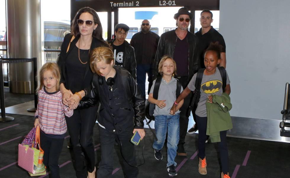 Brad Pitt y Angelina Jolie en el aeropuerto con sus hijos Pax, Maddox, Vivienne, Zahara , Knox y Shiloh en junio de 2015.