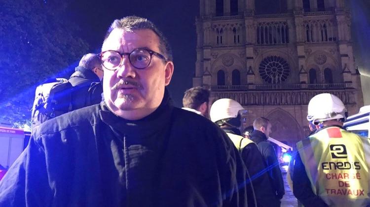 Jean-Marc Fournier, capellán del cuerpo de bomberos de París (@Eloraillere)