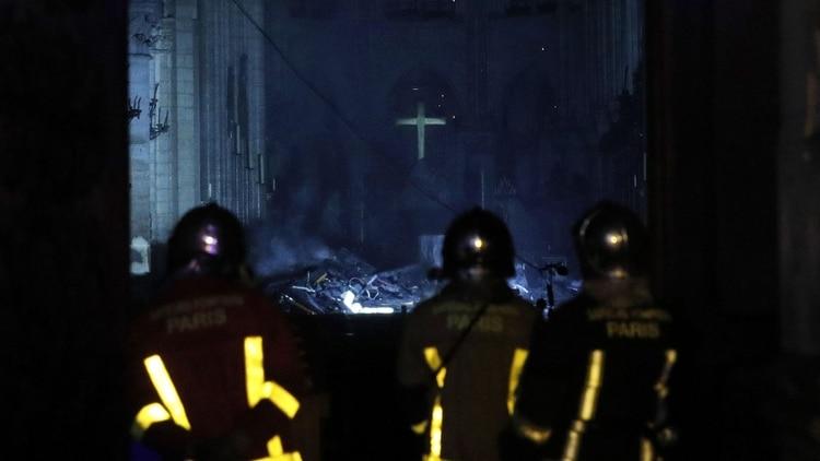 Los bomberos ingresan a la catedral de Notre Dame en París (EFE)
