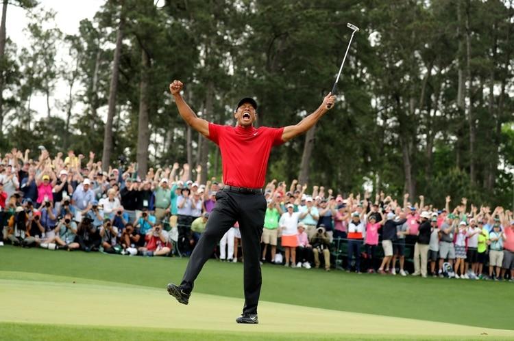 El estadounidense Tiger Woods celebra en el hoyo 18 después de ganar el Masters de Augusta 2019 (REUTERS)