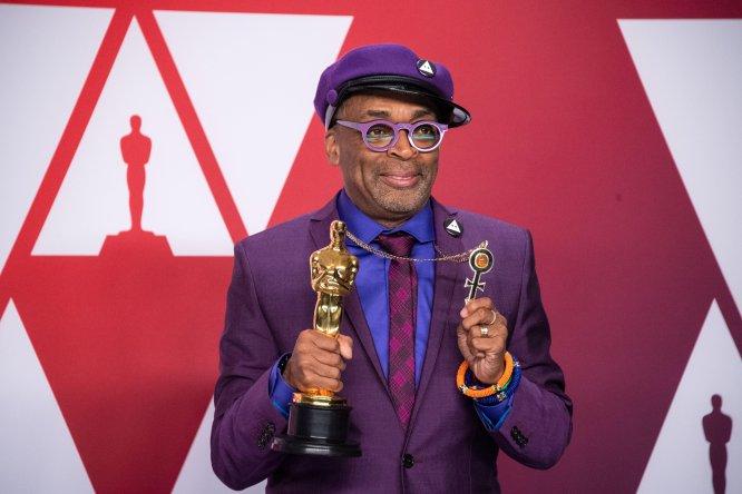 Director visionario, de particular visión personal y fundamental en la cinematografía de Estados Unidos, Spike Lee logró recoger este año recoger un Oscar al Mejor guión adaptado, el primero en su carrera (tras uno honorífico). Su discurso, en el que recordó a sus antepasados, y su imagen, un homenaje a su amigo Prince, le alzaron a la categoría de icono intergeneracional.