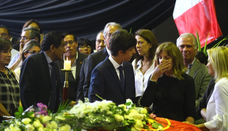 Roxanne Cheesman y Federico Danton lloran frente al féretro del ex presidente Alan García