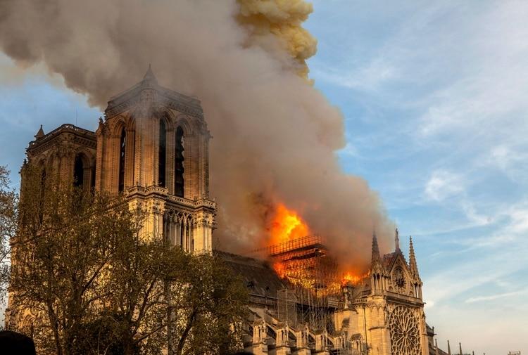 Una foto del incendio que afectó la catedral(AP/Vanessa Pena)
