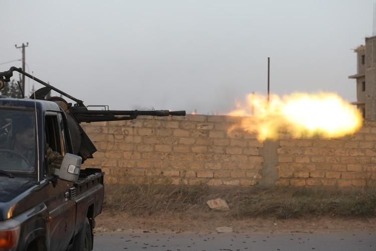 Miembros de las fuerzas gubernamentales durante los combates con las milicias de Jalifa Haftar en Ain Zara, cerca de Trípoli (REUTERS/Hani Amara)