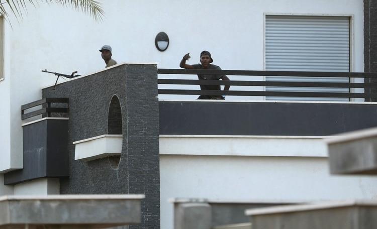 Un miembro de las fuerzas leales al Gobierno de Unidad Nacional prepara un cohete en Ain Zara, en las afueras de Tripoli (REUTERS/Hani Amara)