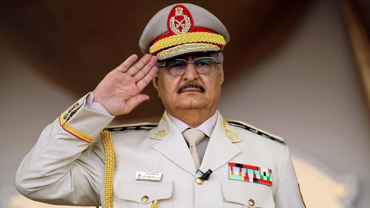 Jalifa Haftar fue uno de los principales generales de Gaddafi hasta su captura en Chad. Luego se convirtió en un enemigo. Aquí, durante una conferencia de seguridad en Bengasi( Abdullah DOMA / AFP)