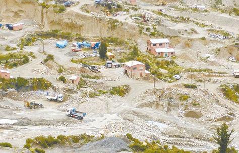 La Paz. Areneros en el sector de Chuquiaguillo y el río Orkojahuira.