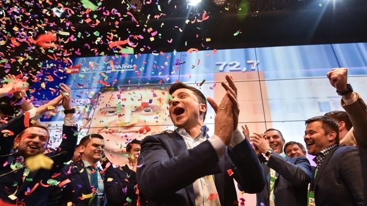 Zelensky celebra con su equipo de campaña (AFP)