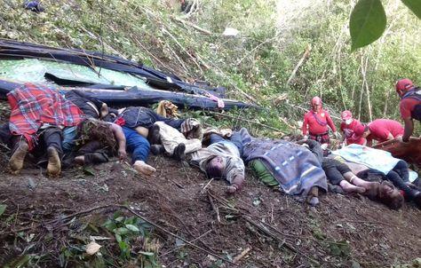 Los cuerpos de las personas fallecidas en la carretera a Los Yungas. Foto: APG