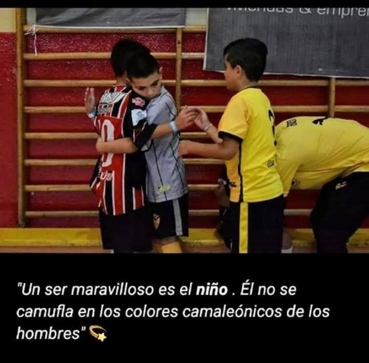 Los chicos del Club Ferro de Río Gallegos se consagraron campeones del Torneo Piedrabuena y fueron a consolar a sus rivales (Club Ferro).