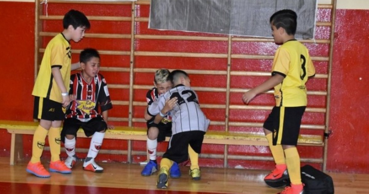 Resultado de imagen para Un gesto que conmueve en las redes: ganaron el torneo y fueron a consolar a sus rivales, que lloraban