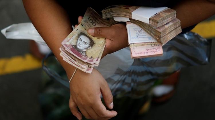 El bolívar venezolano atraviesa una inflación de casi 10.000.000% (Reuters)