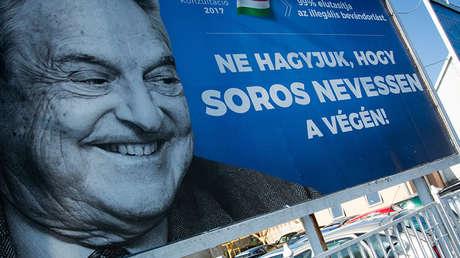 Un cartel colocado en una calle de Budapest en el marco de campaña contra George Soros. Hungría, 2017