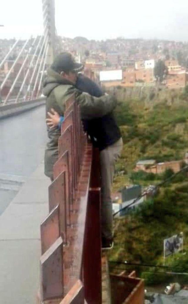 Resultado de imagen para policia evita suicidio en puente trillizo de La Paz