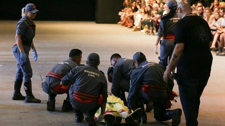 Tales Cotta es atendido por los paramédicos tras desplomarse en la pasarela(AP)