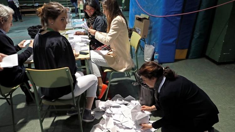 El momento del conteo de votos en una colegio electoral en Madrid (REUTERS/Rafael Marchante)