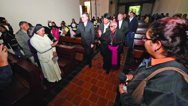 """Morales comulga en misa y la oposición lo llama """"hipócrita"""""""