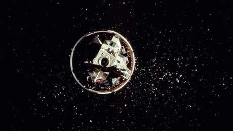 El modulo lunar Challenger rodeado de múltiples fragmentos dejados por el desacoplamiento del cohete portador Saturn S-IVB, el 5 de mayo de 2009