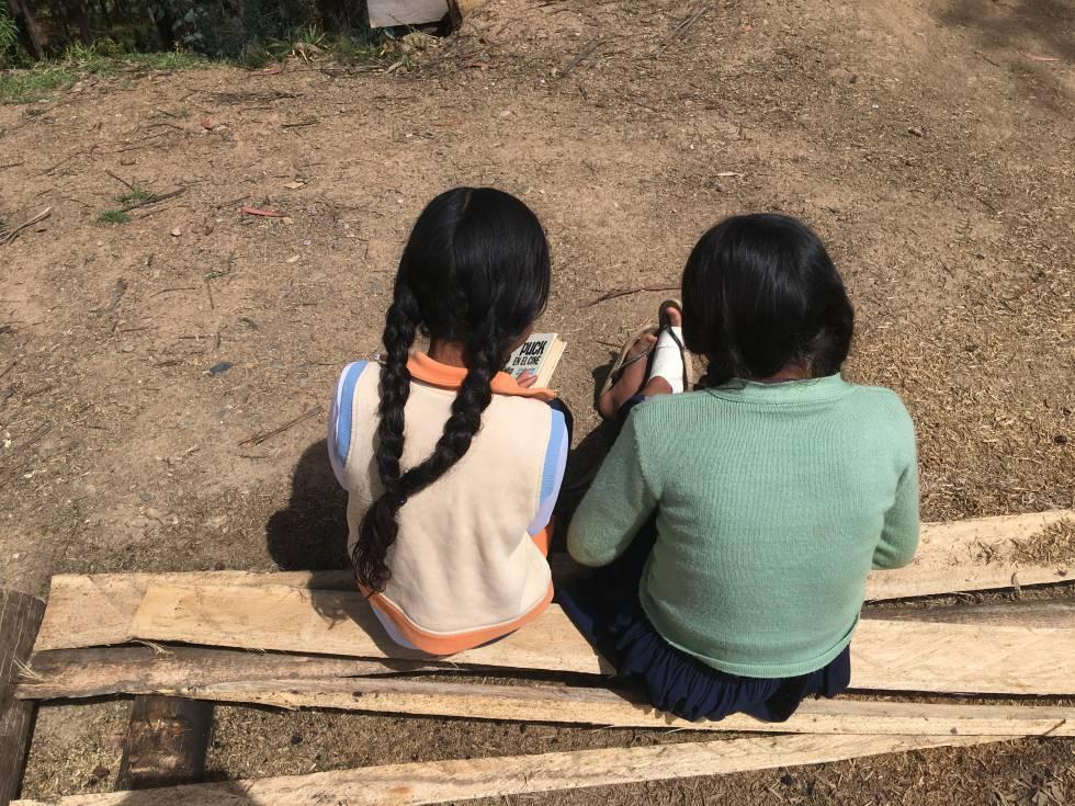 Evelyn y Lourdes leen las aventuras de Puck y Guillermo.