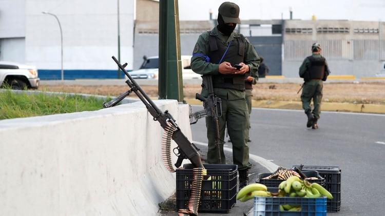 Soldados leales a Guaidó toman posiciones en torno a la base La Carlota (REUTERS/Carlos Garcia Rawlins)