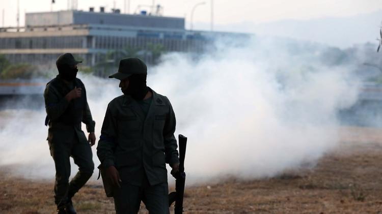 Gases lacrimógenos en los primeros choques entre fuerzas leales al régimen y a Guaidó(Reuters)