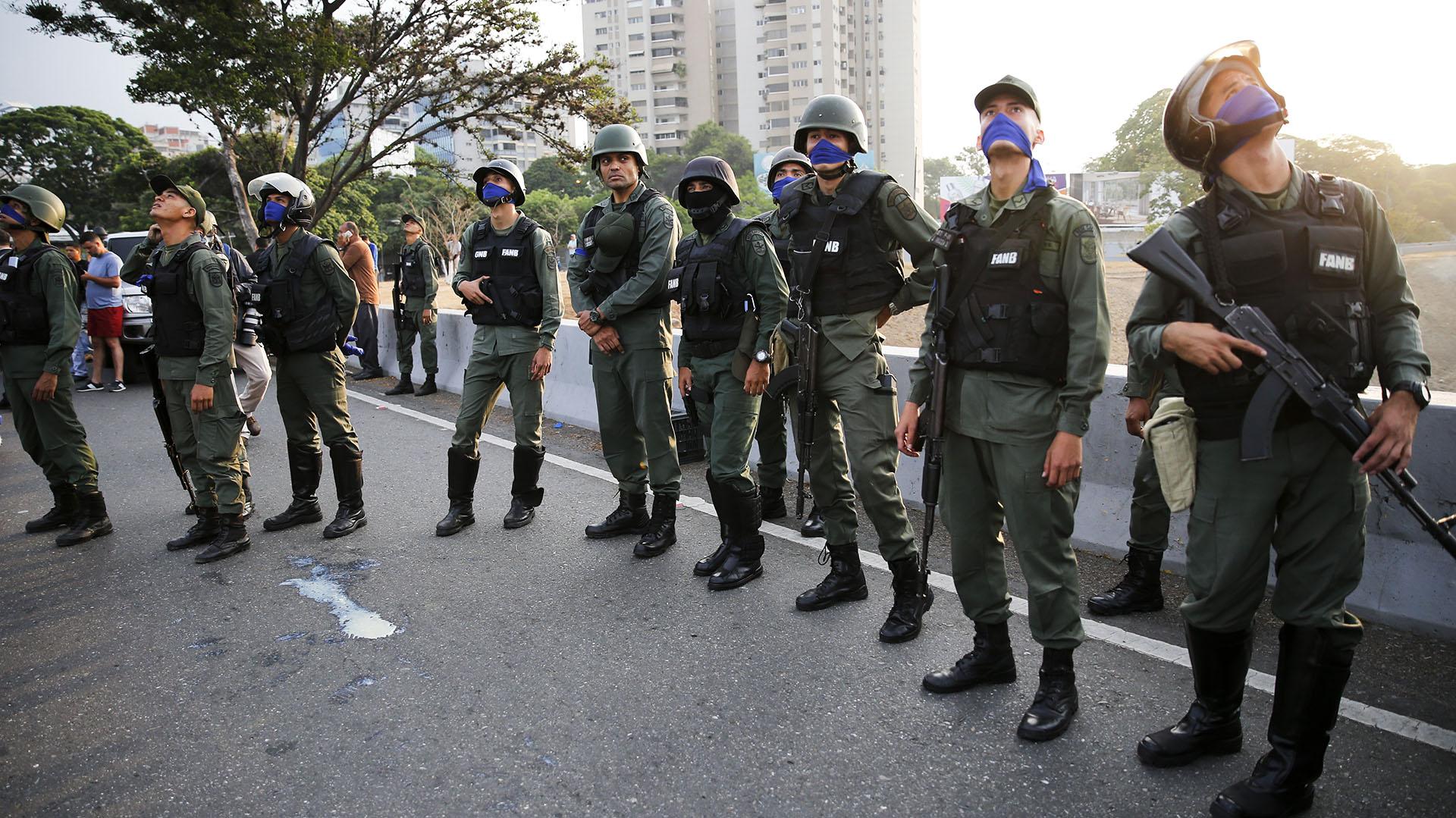 Soldados en las afueras de la base aérea de La Carlota en Caracas, Venezuela, el martes 30 de abril de 2019. (AP Photo/Ariana Cubillos)
