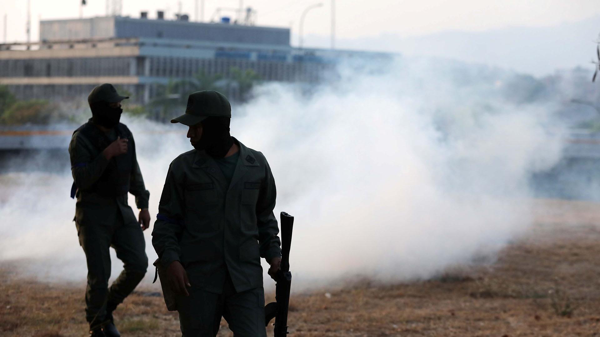 Los militates afines al chavismo lanzaron gases lacrimógenos (Reuters)