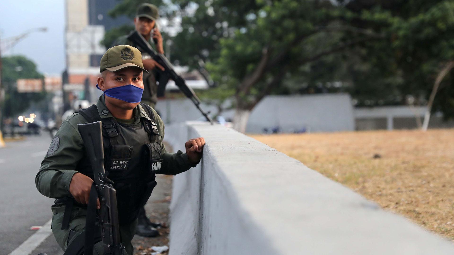 """Un soldado en la base aérea """"La Carlota"""". REUTERS/Manaure Quintero"""