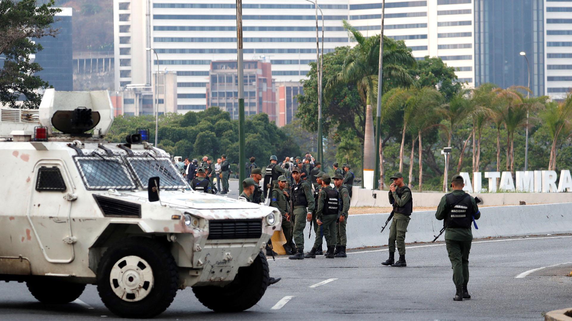 """Militares hacen guardia cerca de la Base Aérea Generalísimo Francisco de Miranda """"La Carlota"""", en Caracas, Venezuela, el 30 de abril de 2019. REUTERS/Carlos Garcia Rawlins"""
