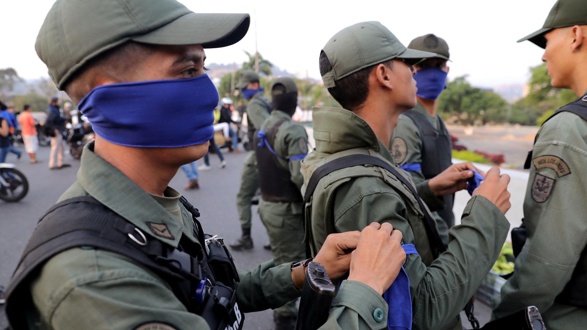 """Militares con una cinta azul en el brazo cerca de la Base Aérea """"La Carlota"""" en Caracas, Venezuela, el 30 de abril de 2019. REUTERS/Manaure Quintero"""