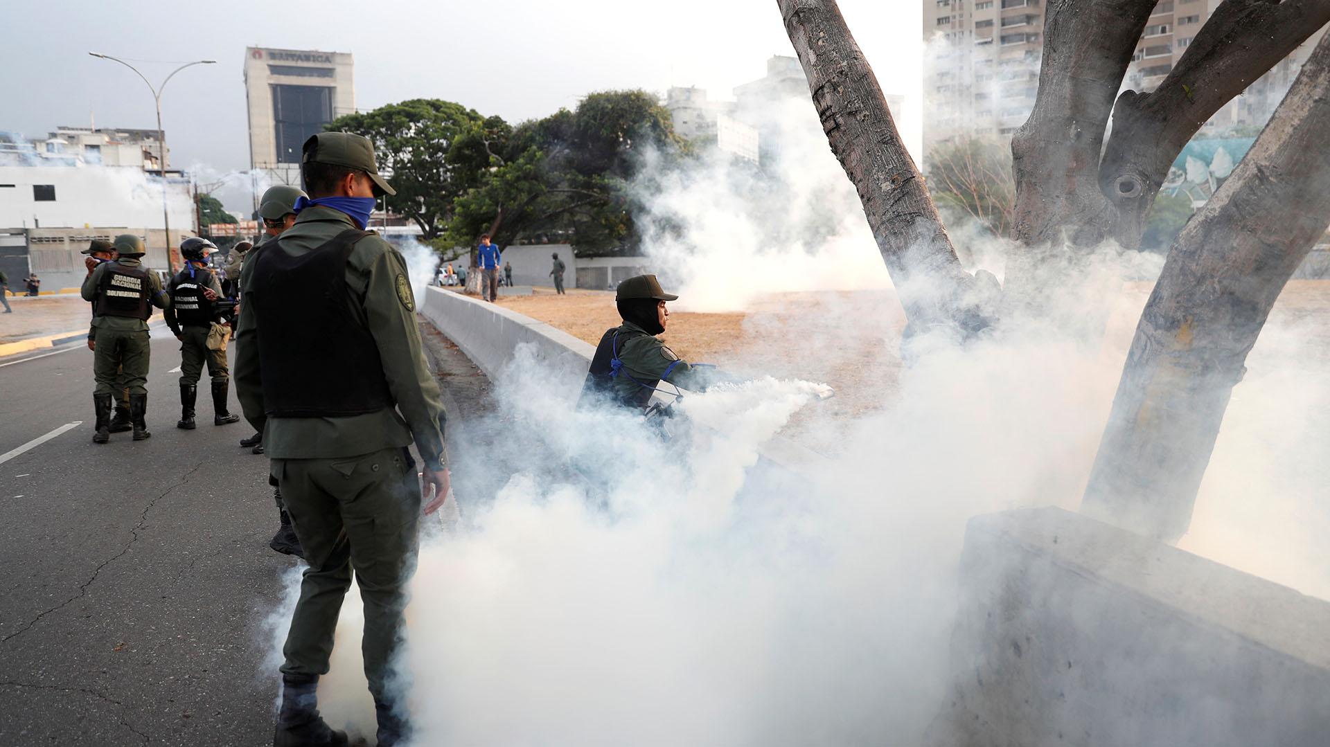 Gas lacrimógeno en la base aérea La Carlota. REUTERS/Carlos Garcia Rawlins