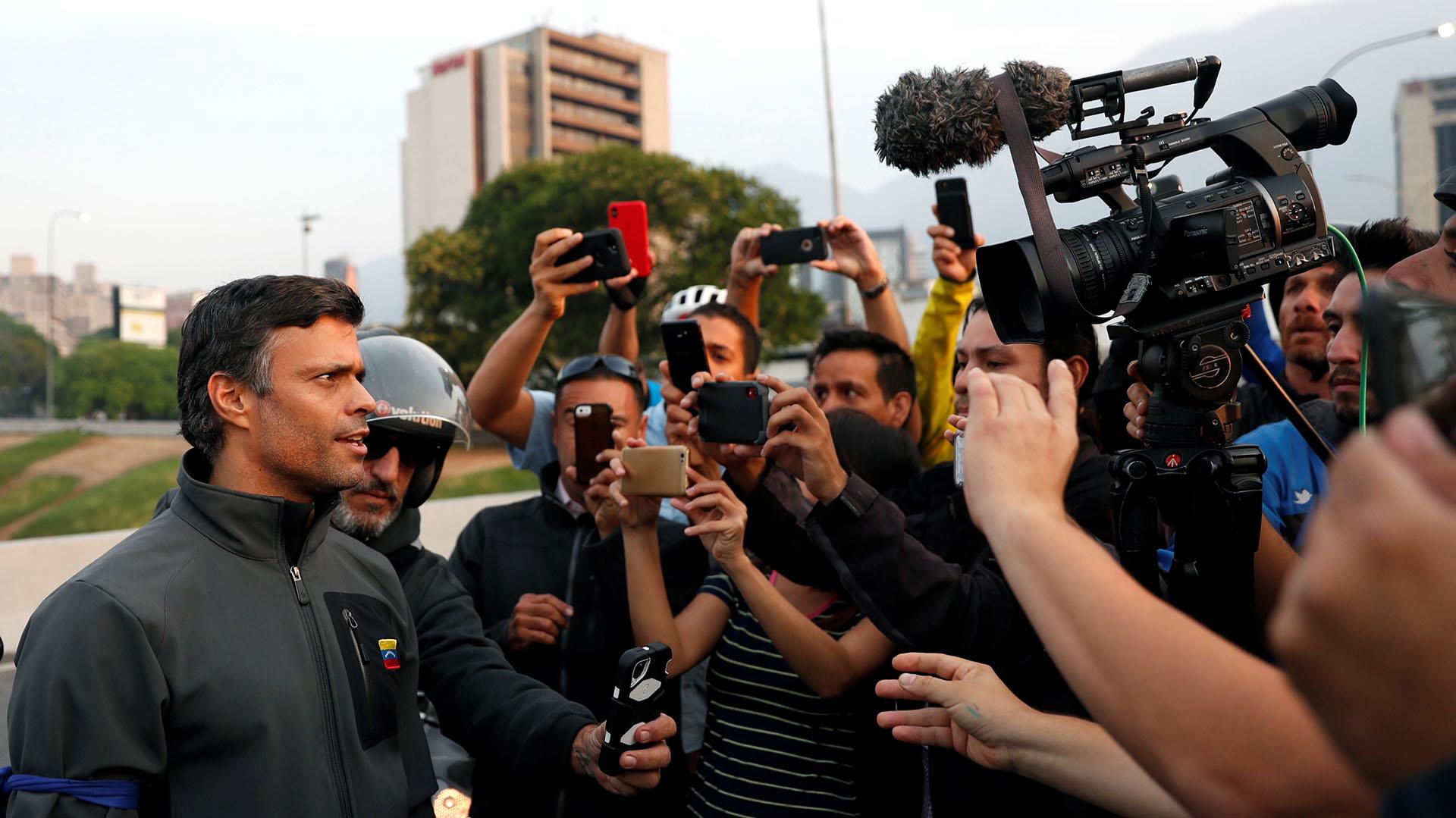 Leopoldo Lopez habla con la prensa en Caracas el 30 de abril de 2019. REUTERS/Carlos Garcia Rawlins