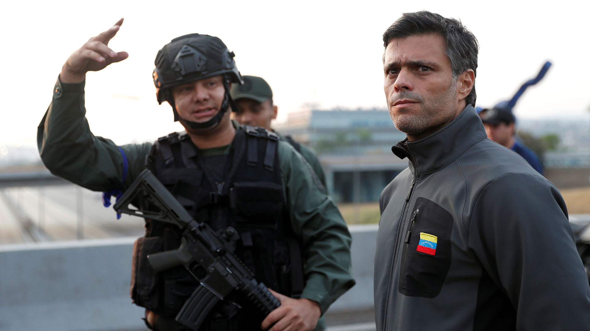 Leopoldo Lopez encabeza el levantamiento militar junto al presidente interino Juan Guaidó. REUTERS/Carlos Garcia Rawlins