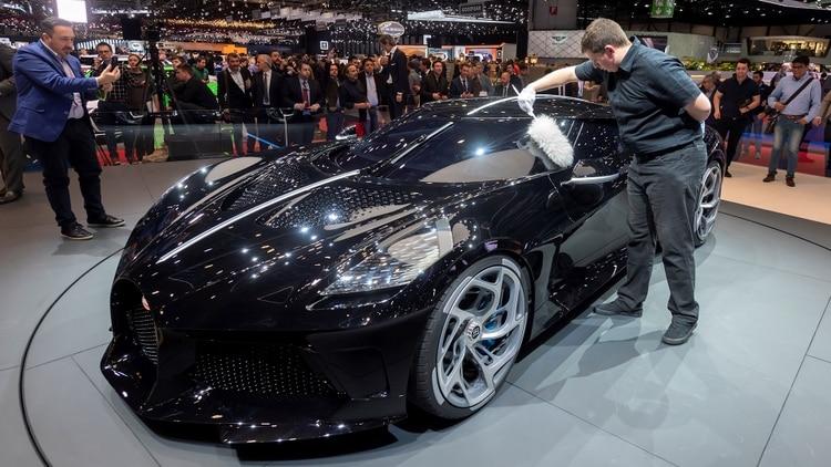 ElBugatti 'La voiture Noire' será entregado a su comprador en 2021 (EFE/Martial Trezzini)