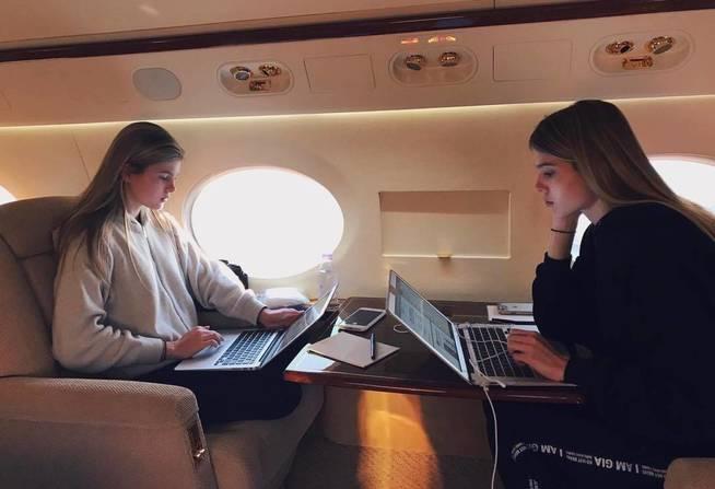 Las dos jóvenes compartiendo un momento en el avión. (Instagram)
