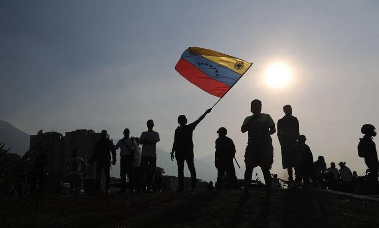 Simpatizantes del presidente de la Asamblea Nacional, Juan Guaidó, se manifiestan este martes, en Caracas. Guaidó se levantó junto a un grupo de militares contra el gobierno de Nicolás Maduro.