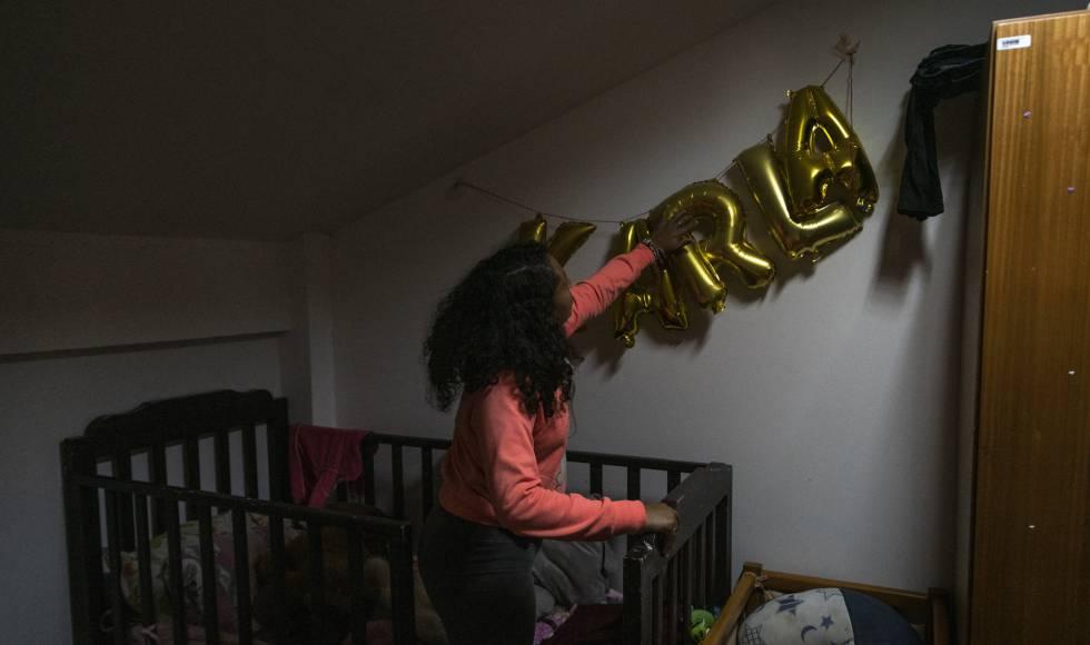 Una de las chicas que viven en un centro de acogida para víctimas de violencia en Quito (Ecuador) decora su habitación.