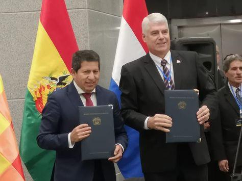 El ministro boliviano de Hidrocarburos, Luis Alberto Sánchez, y su homólogo paraguayo de Obras Públicas y Comunicaciones, Arnoldo Wiens Durksen