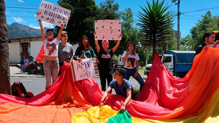 Activistas LGTBQ afuera de la Corte Constitucional de Ecuador (EFE/ Daniela Brik)