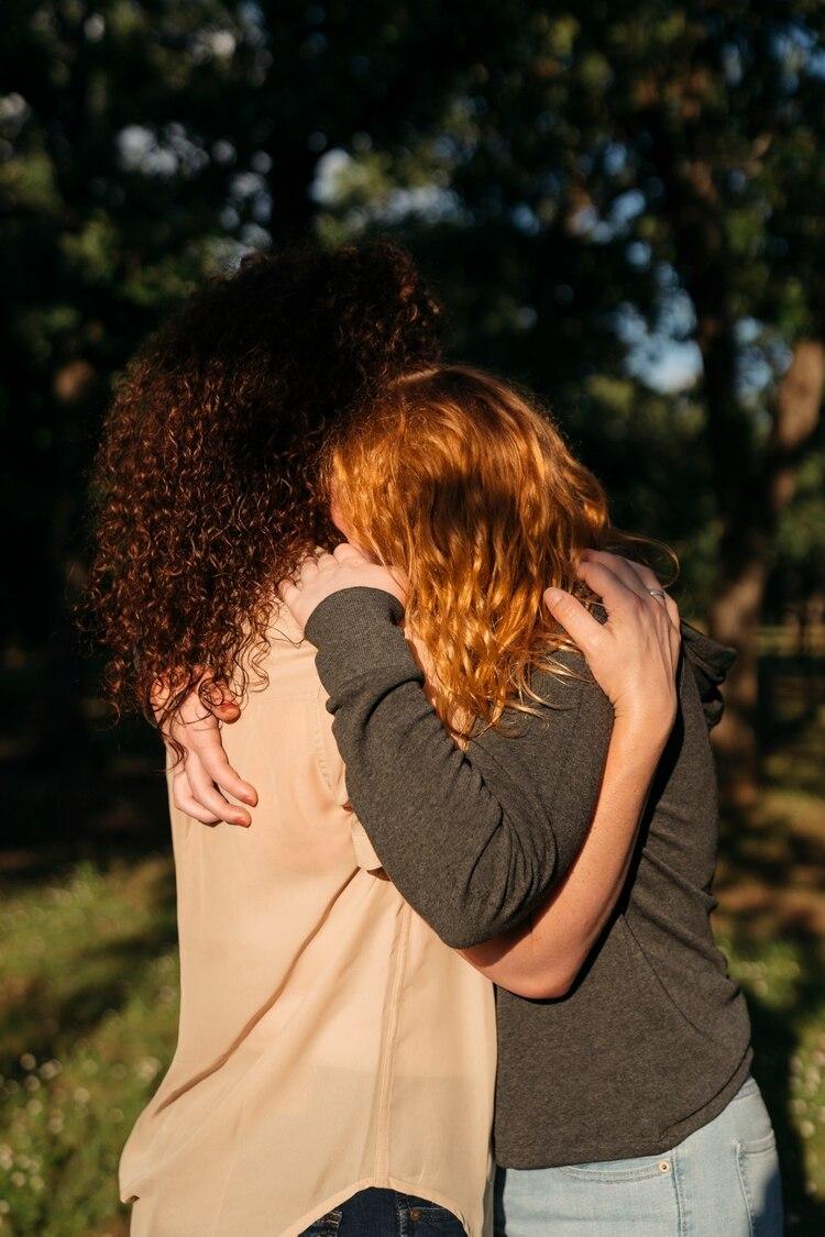 Christi Bragg con su hija, quien le dijo que había sido sido abusada sexualmente en un campamento de verano que fue organizado por su iglesia (Annie Flanagan/Teh New York Times)