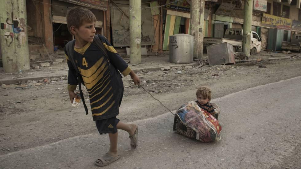Dos niños en las calles de Mosul (Irak).