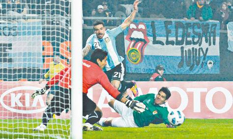 Argentina. Arias en el arco y Luis Gutiérrez en el piso ante un remate de Lavezzi. Fue en 2011, un empate 1 a 1. Foto: Archivo-La Razón