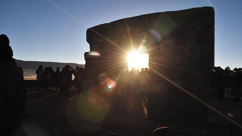 La luz solar se asoma a través de la Puerta del Sol.