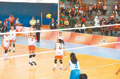 Duelo. Partido de voleibol niñas entre Tarija (de rojo) y Oruro, en Cobija. Foto: Ministerio de Deportes