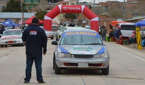 Vehículos que compiten en el Gran Premio Nacional 2019 por las vías del país. Foto: Febad