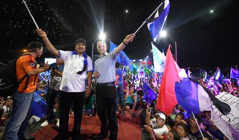Morales, junto a su vicepresidente Álvaro García, este viernes en el cierre de campaña en Trinidad.