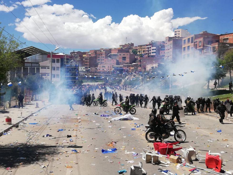 Gases lacrimógenos en la avenida Tinku