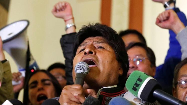 El presidente Evo Morales anuncia desde el Palacio Quemado su triunfo pese a los resultados parciales que indicaban una posible segunda vuelta con su rival, Carlos Mesa (AP)